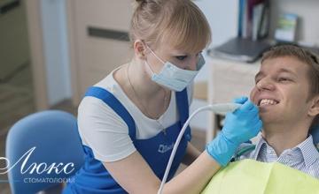 Отбеливание зубов и проф. чистка в стоматологии Делюкс